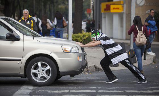 Peatónito retirando un auto de la línea peatonal en Paseo de la Reforma.
