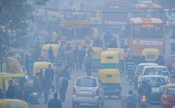Una calle de Nueva Delhi atestada de coches a mediados de diciembre.