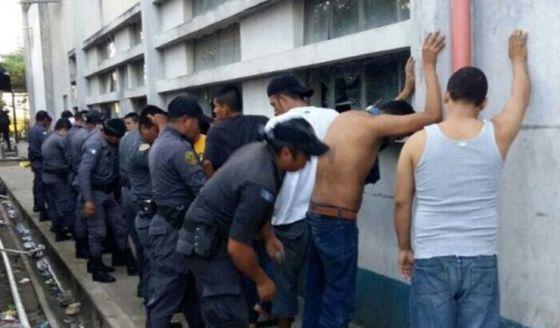 Policías revisan a internos de la prisión de Puerto Barrios.