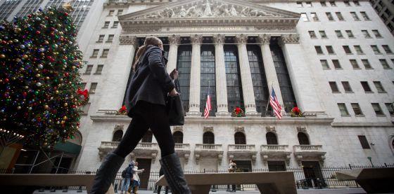 Una transeúnte pasa este jueves ante la sede de la Bolsa de Nueva York.