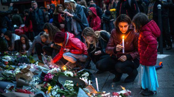 Vigilia ante los restaurantes que fueron blanco de los ataques yihadistas del 13 de noviembre en París.