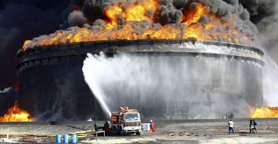 Un incendio en un tanque petrolero, tras el impacto de un misil, en Ras Lanuf, Libia, en diciembre.