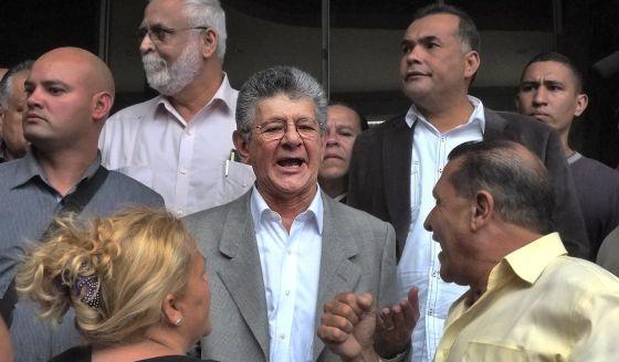 El nuevo presidente de la Asamblea Nacional venezolana (Parlamento), Henry Ramos Allup, en el centro, este lunes en Caracas.