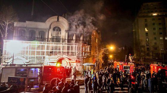 La embajada de Arabia Saudí en Teherán, en llamas el sábado.