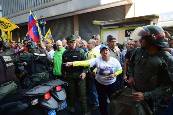 Opositores venezolanos en la puerta de la Asamblea
