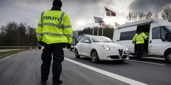 La policía danesa realiza un control en una carretera cercana a la frontera con Alemania.