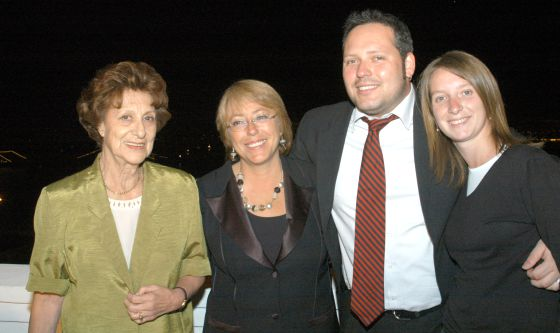 Bachelet junto a su madre, su primogénito y su nuera.