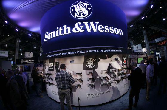 Expositor de Smith & Wesson en la feria de armas en Las Vegas