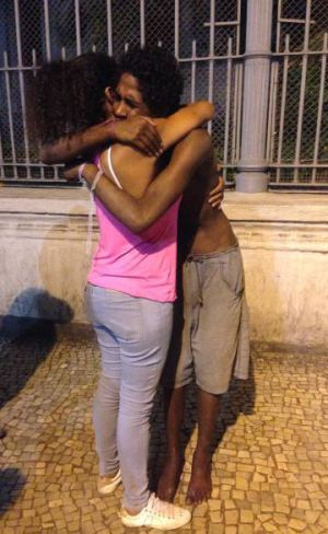 Víctor se reúne con su madre.