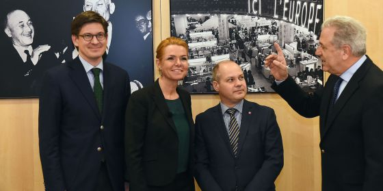 El comisario del Interior, Dimitris Avramopoulos (derecha) conversa con los ministros y el secretario de Estado tras la reunión mantenida en Bruselas.