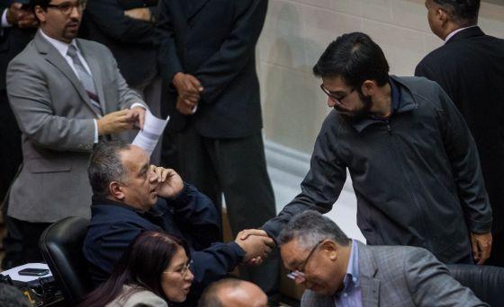 Diosdado Cabella (izquierda) y Miguel Pizarro, de la MUD, se saludan en la Asamblea Nacional, el miércoles en Caracas.