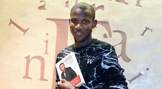 Lassana Bathily, el pasado diciembre con el libro que ha escrito sobre su vida y el ataque al supermercado judío de París.