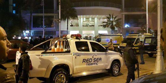 Fuerzas de seguridad egipcias frente al hotel Bella Vista, en la ciudad de Hurgada, este viernes.