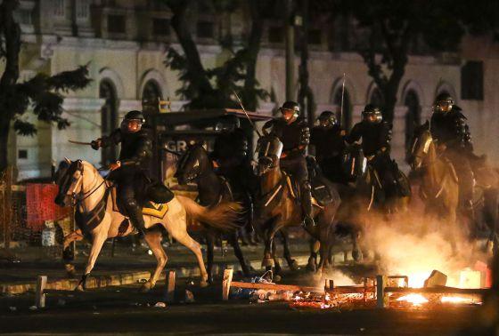 La policía durante los disturbios en Río de Janeiro.