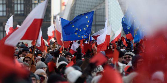 Unos 2.000 polacos se manifiestan a principios de enero contra las medidas del Gobierno ultraconservador.