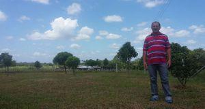 Jairo Forero en los terrenos a los que gracias a su labor como líder se instaló la electricidad.