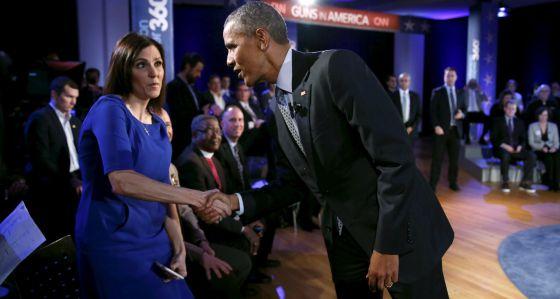 El presidente Obama saluda a Taya Kyle, viuda del francotirador asesinado Chris Kyle, sobre quien se basó la película 'American Sniper'
