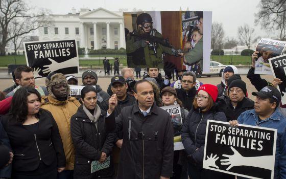 El congresista Luis Gutiérrez durante una protesta en la Casa Blanca por la deportación de centroamericanos