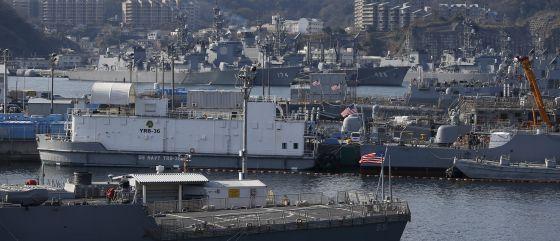 Buques de la Armada de EE UU y de las Fuerzas de Autodefensa de Japón se encontraban fondeados el viernes en la base japonesa de Yokosuka.