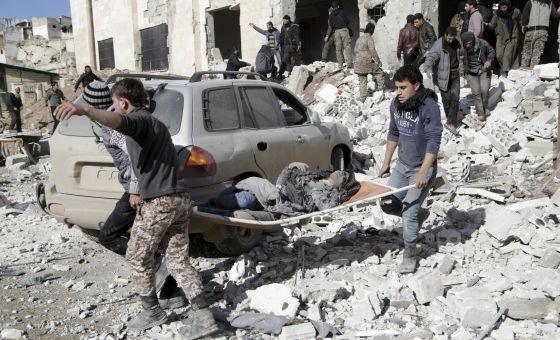 Traslado de una mujer herida en Idlib (Siria), este sábado.