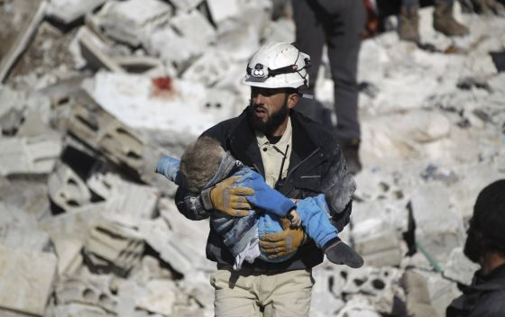 Un hombre lleva el cadáver de un niño tras un bombardeo atribuido a las fuerzas rusas, este sábado en Idlib (Siria).