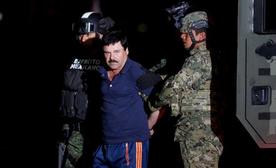 El Chapo Guzmán, escoltado por el Ejército tras su captura ayer.