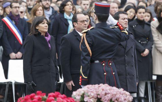 Anne Hidalgo, François Hollande y Manuel Valls, este domingo en el homenaje a las víctimas de los atentados de 2015 en París.