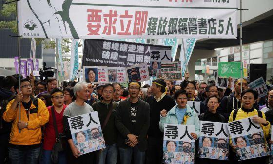 Protesta este domingo en Hong Kong por la desaparición de libreros.