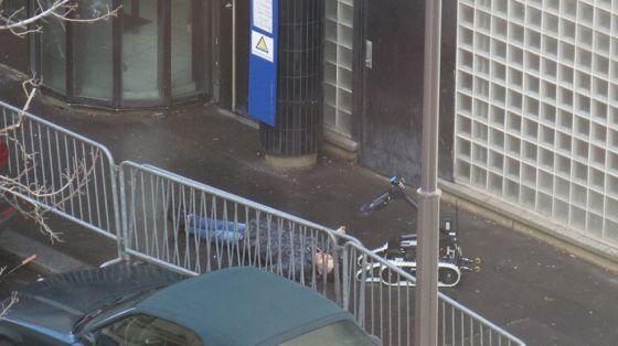 Cadáver del atacante abatido por la policía el 9 de enero en París.