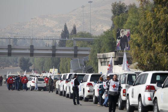 Un convoy de la Cruz Roja, la Media luna Roja y la ONU parte hacia la ciudad sitiada de Madaya desde Damasco.