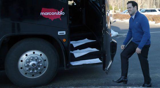 Marco Rubio se dispone a subir al autobús de su gira electoral