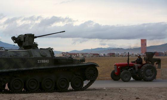 Un tanque vigila el penal del Altiplano, donde se encuentra 'El Chapo.