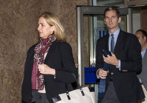 La Infanta y su marido el lunes saliendo del juzgado.