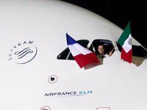 Las banderas de México y Francia ondearon desde la cabina del avión.