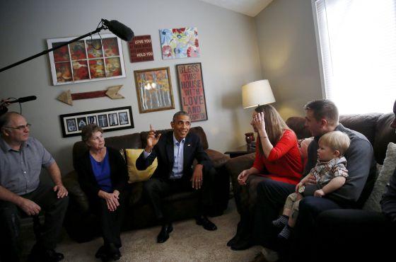 El presidente Obama se reúne con una familia en Omaha (Nebraska), primera etapa de una breve gira por EE UU