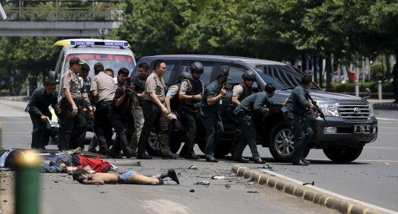 Algunos cadáveres permanecen en el suelos tras el ataque en Yakarta.