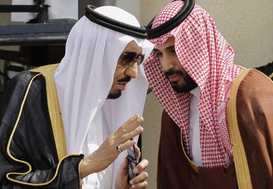 El rey Salmán conversa con su hijo Mohamed Bin Salmán, en 2012.rn