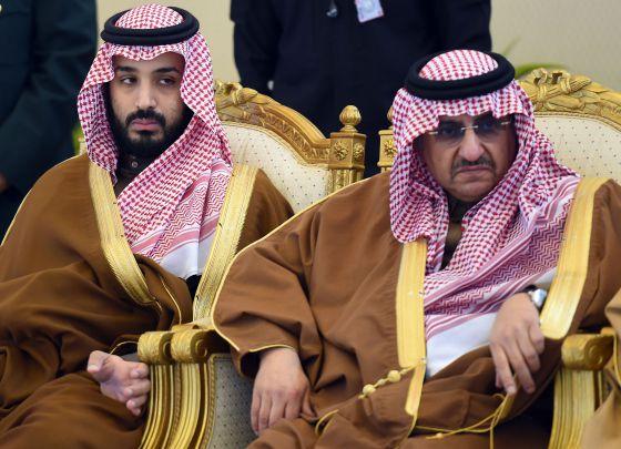 El príncipe Mohammed bin Salman (izquierda), con el ministro del Interior, Mohammed bin Nayef.