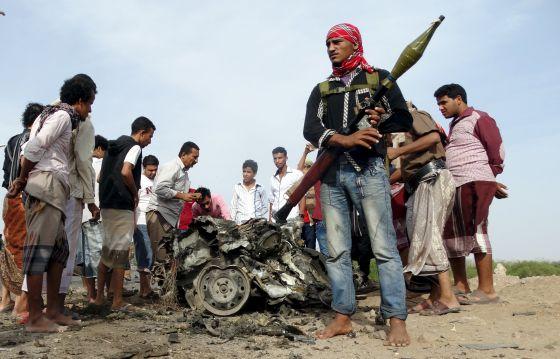 Restos de un coche bomba en la ciudad de Aden, en Yemen.