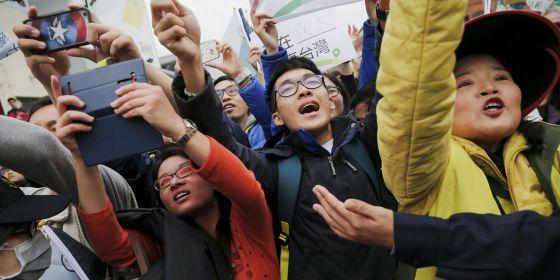Seguidores de la candidata a la presidencia Tsai Ing-wen, del Partido Democrático Progresista