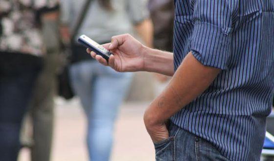 Usuarios de celulares en Montevideo, Uruguay.