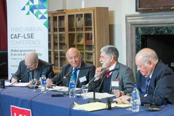 Los panelistas en la conferencia de CAF y LSE.