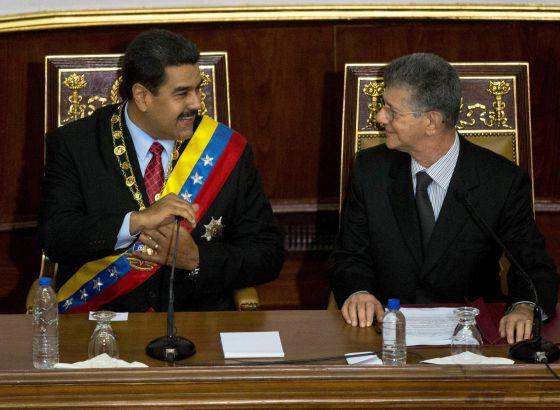 Nicolás Maduro habla con el opositor Henry Ramos Allup.