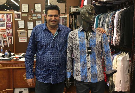 Sam Esteghball, en la tienda Barabas con la camisa de El Chapo.