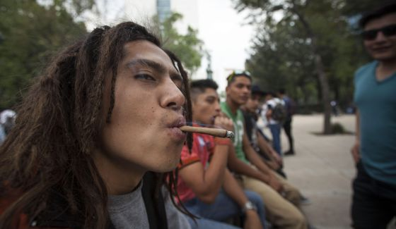 Un grupo de jóvenes fuman marihuana afuera del Senado mexicano.