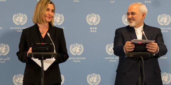 La jefa de la diplomacia europea, Federica Mogherini, y el ministro de Exteriores iraní, Mohamed Javad Zarif, en el anuncio del fin de las sanciones.