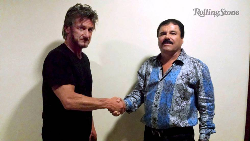 Sean Penn saluda a El Chapo durante la entrevista.