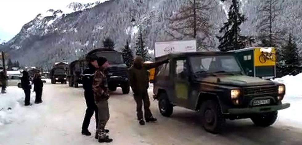Captura de un vídeo publicado por Le Dauphiné que muestra a las tropas francesas cerca del sitio de la avalancha de este lunes en los Alpes