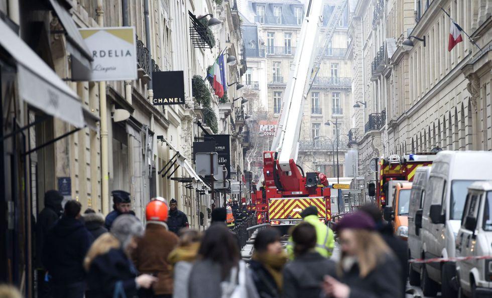 Camiones de bomberos junto al hotel Ritz de París