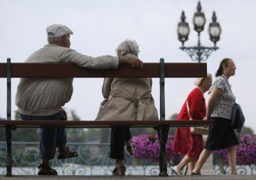 Un pareja de jubilados en un banco junto al lago de Enghien-les-Bains, al norte de París, en 2013.